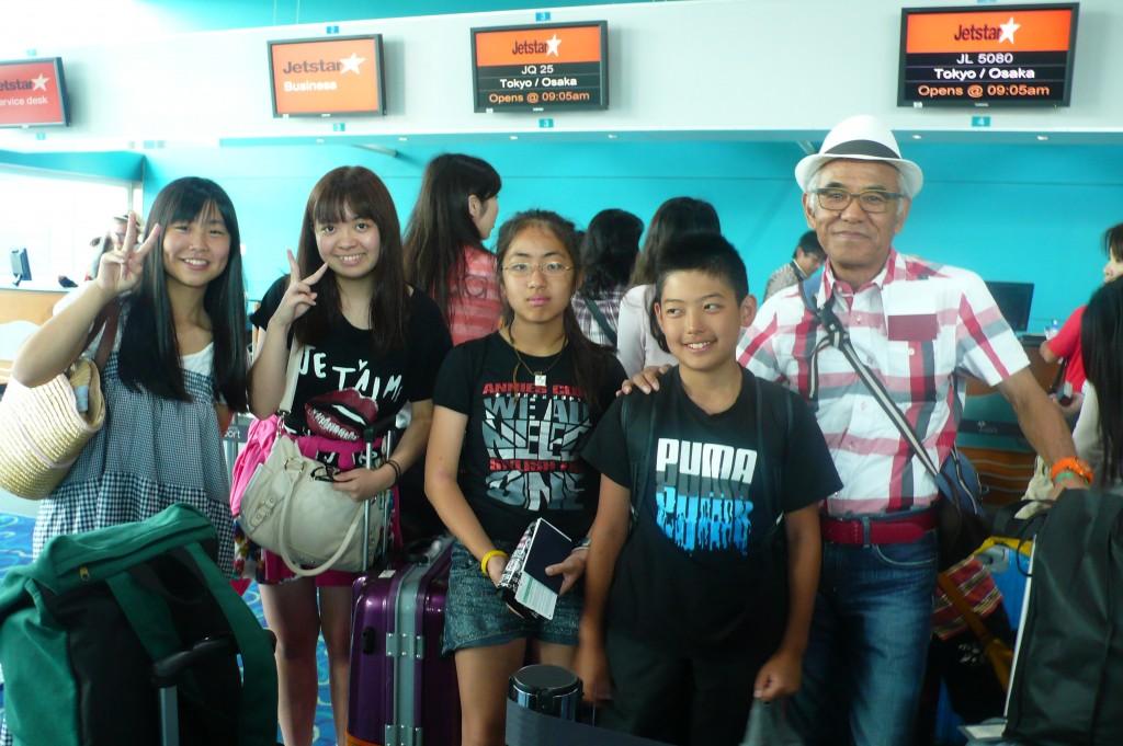 P1040373 8月4日ケアンズ空港子供達とヤマゲンさん2